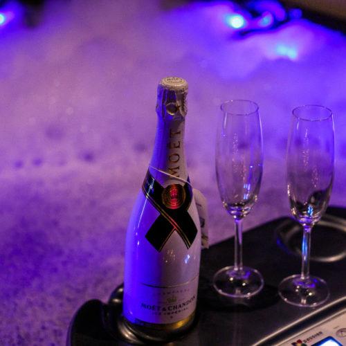 Lekker champagne tijdens het bubbelbad